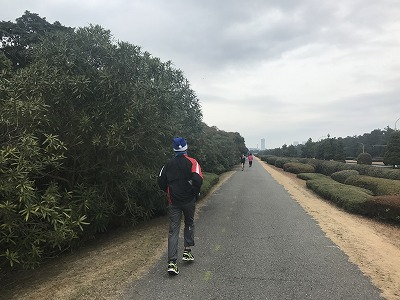 第1回谷川真理クリスマスマラソンハーフマラソンスタート4キロ地点