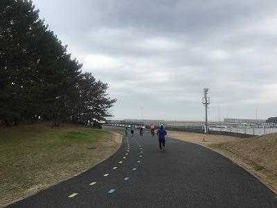 第1回谷川真理クリスマスマラソンハーフマラソンスタート11キロ地点