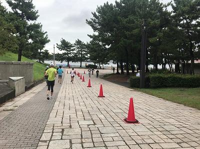 第1回横浜(YOKOHAMA)ビーチサイドマラソンレース中写真唯一の折り返し点