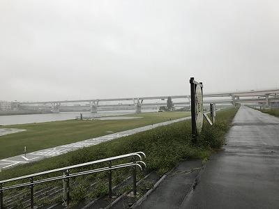 葛飾ふ~てんマラソン会場へのルート荒川土手の上から右側