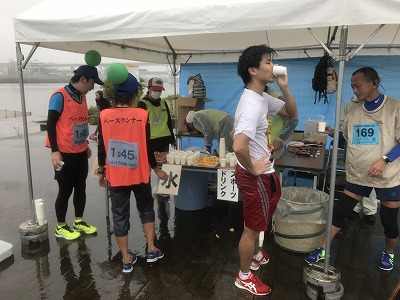葛飾ふ~てんマラソンのハーフマラソンゴール後給水、給食