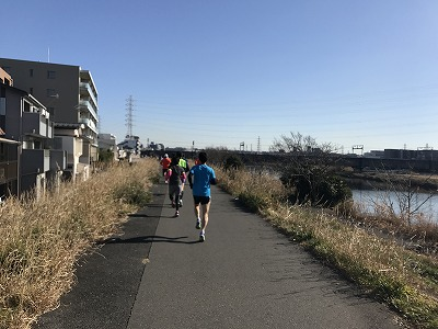 第2回UP RUN(アップラン)綱島鶴見川ウインターマラソン15キロスタート直後