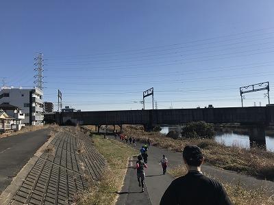 第2回UP RUN(アップラン)綱島鶴見川ウインターマラソン15キロスタート直後下り